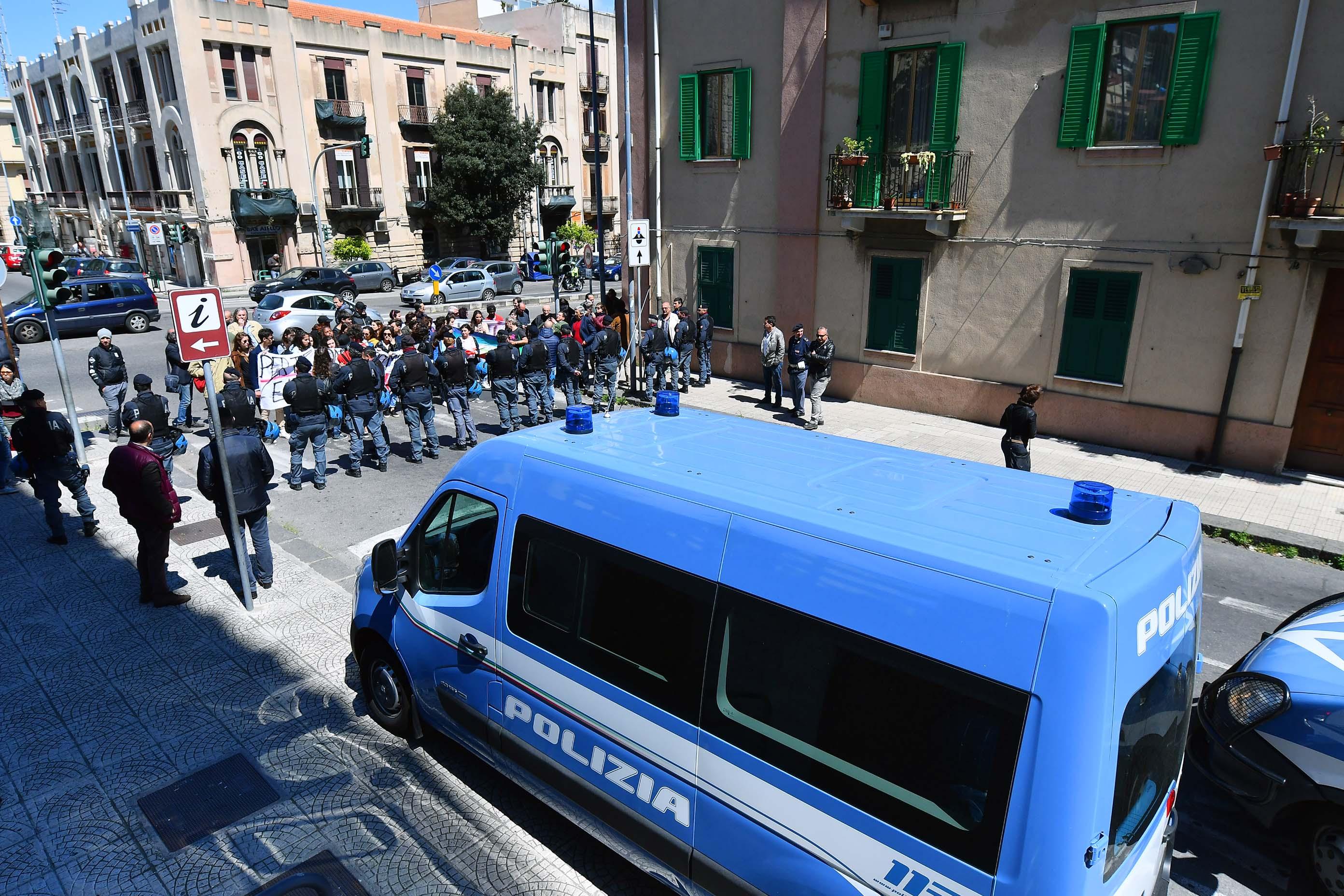 #GALLERY# MATTEO SALVINI A MESSINA #GALLERY#: SUL PONTE SULLO STRETTO DECIDANO I SICILIANI. SICILIA DISCARICA DI CLANDESTINI