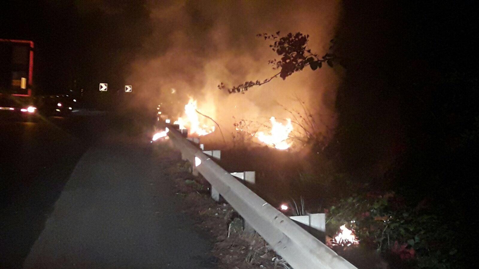 #Gallery# – Ancora incendi. Notte di fuoco in autostrada. Nessuna conseguenza al traffico