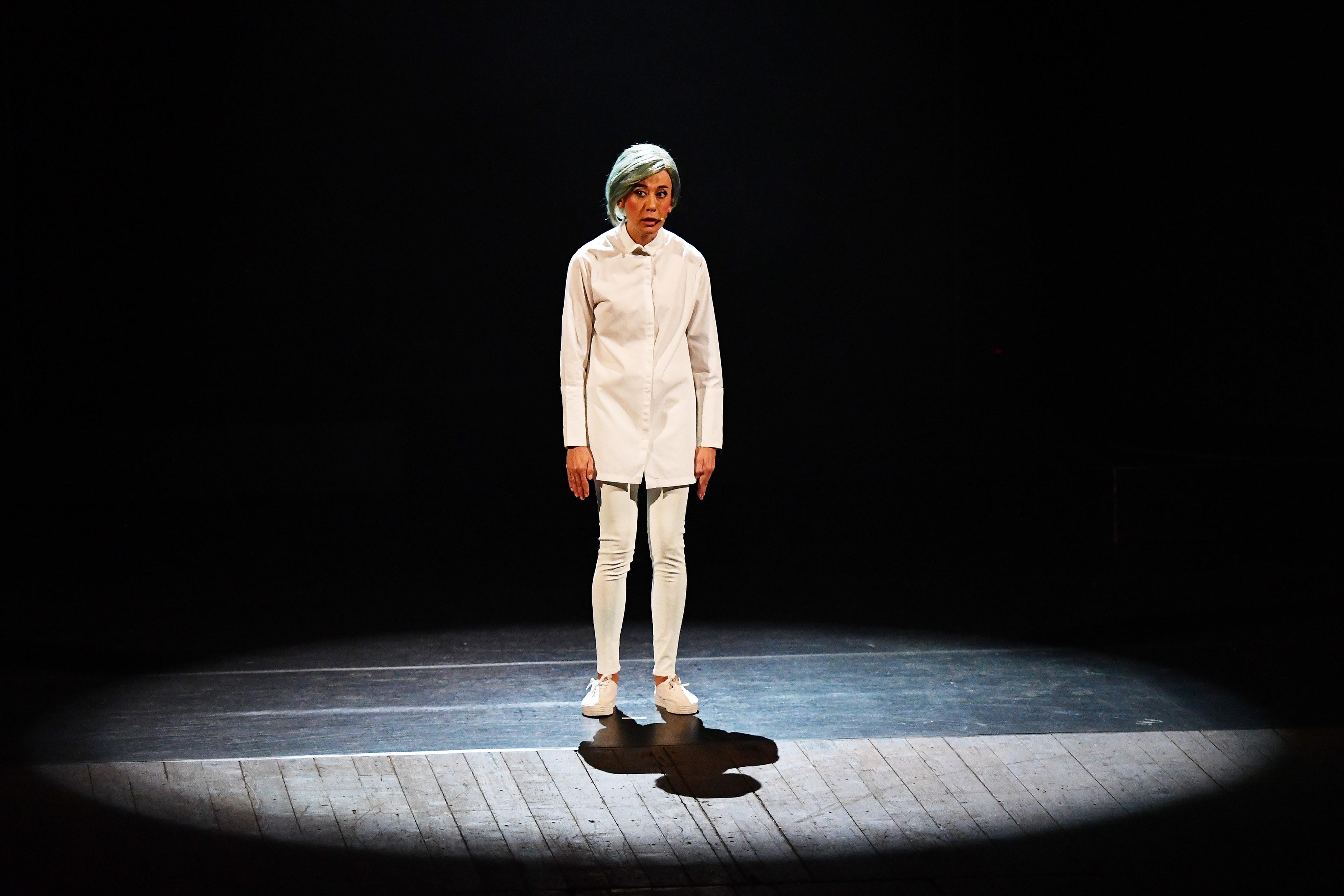 LA RECENSIONE: Virginia Raffaele, o della differenza tra performer e performance
